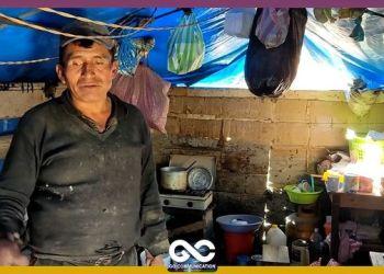 El señor Ascencio Llanos es padre y madre para sus dos hijos