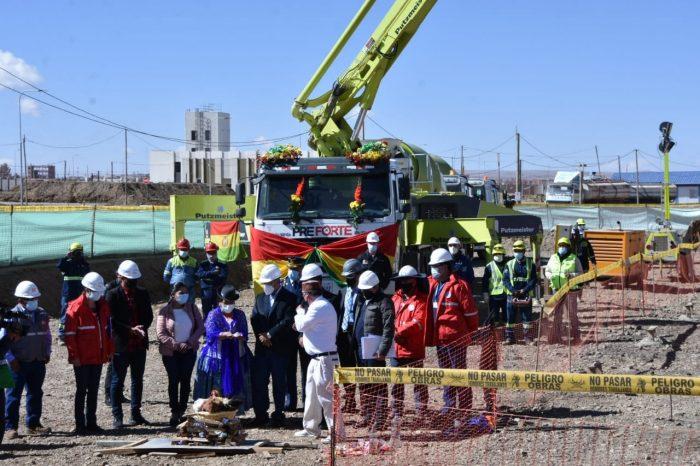 Acto del vaciado del primer hormigón del Reactor Nuclear de Investigación en Parcopata, El Alto, este lunes. Foto: ABI.