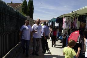 Javier Couso, diputado de IU en el Parlamento Europeo, acompañado por Jesús García, número 6 de la lista electoral de Ahora Guadalix, visita el mercadillo.