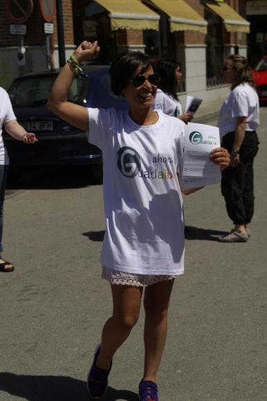 Simpatizantes de Ahora Guadalix repartieron propaganda electoral durante el segundo acto electoral de la campaña elecciones locales 2015.