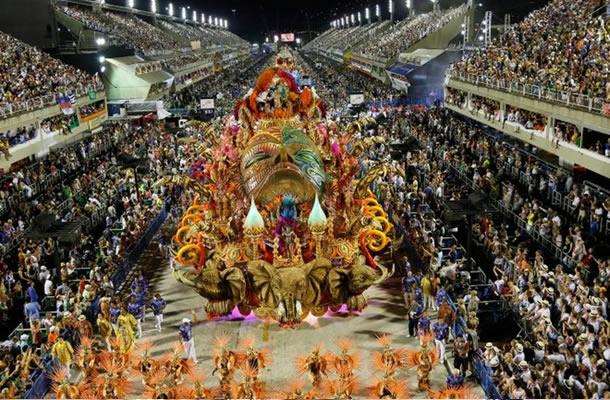 """BRASIL: Millones bailan en Carnaval y participan del """"besazo"""""""
