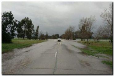 NECOCHEA: Por la lluvia se desbordó la laguna La Salada en el acceso a La Dulce