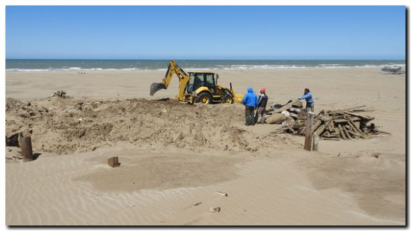 NECOCHEA: Fuertes tareas para quitar excesos de arena en bajadas públicas