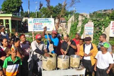 """Cocinan """"sancocho de lodo"""" para protestar contra la falta de sistema sanitario"""