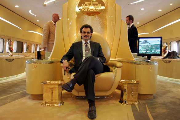 El príncipe árabe Alwaleed disfrutando del diseño interior de su avión A380