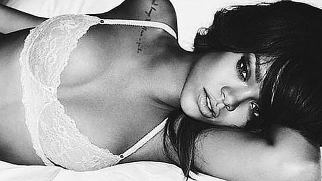 Bieber felicita la Navidad con esta foto de Rihanna en ropa interior