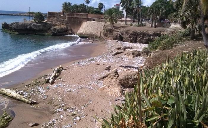 Plásticos, gomas y mendigos en  la playita del Malecón