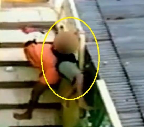 Apresan mujer intentó ahorcar a su hijo en Santiago