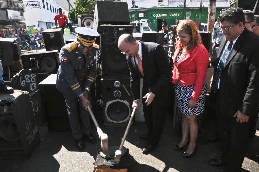 Autoridades destruyen equipos de sonido incautados por reincidencia en contaminación sónica
