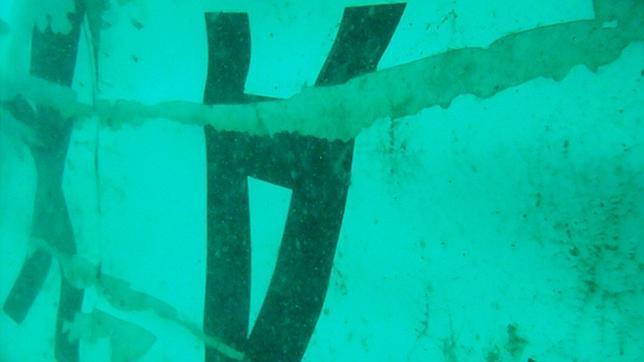 Encuentran la cola de avión de AirAsia en el fondo del mar