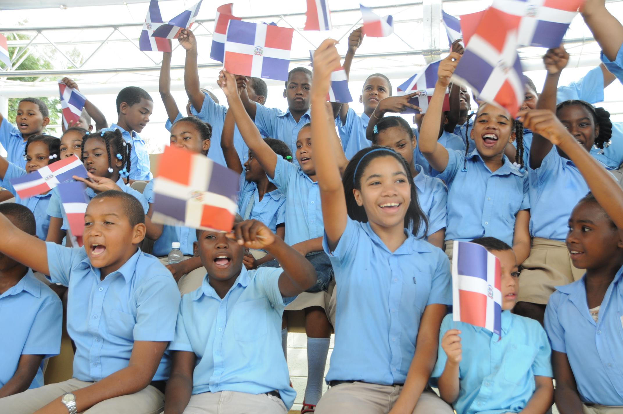 Presidente Medina inaugura una escuela en San Luis