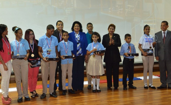 Lizardo entrega premios a ganadores de concurso de pintura infantil