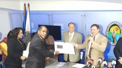 Morrison inscribe candidatura a Diputado y propone Internet gratis en Santo Domingo