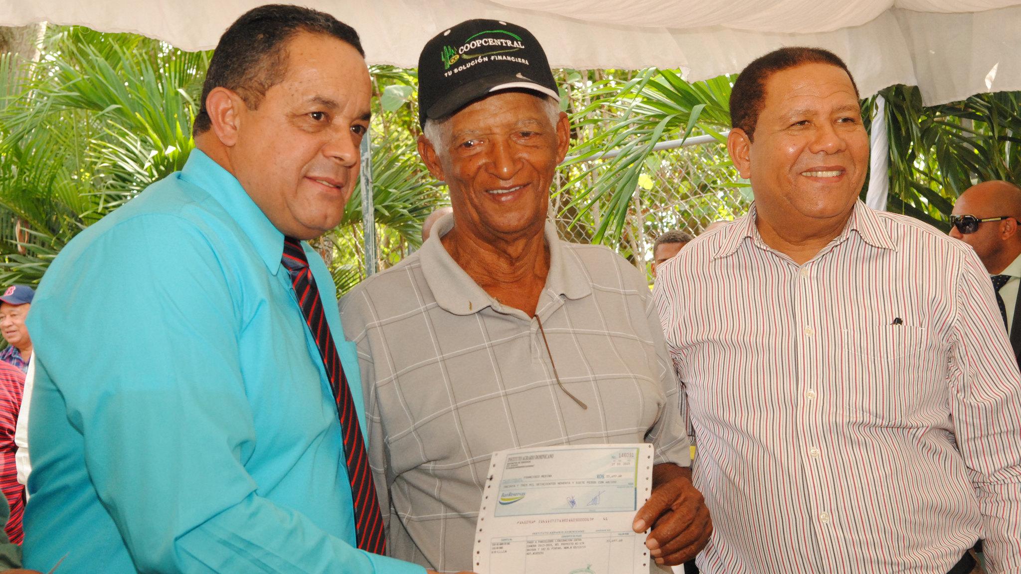 Gobierno entrega más de dos millones de pesos a parceleros de El Seibo e Higüey