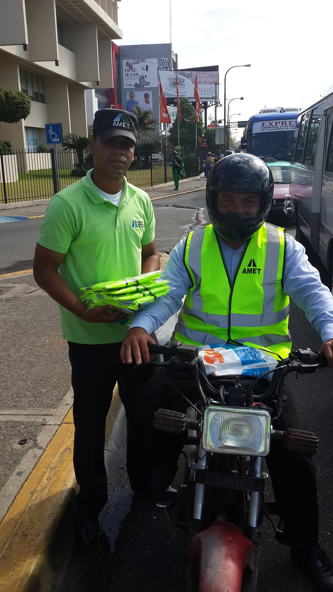 AMET entrega chalecos reflectivos a decenas de motociclistas