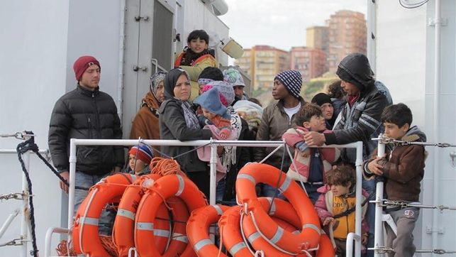 Se hunde embarcación en el Mediterráneo con 400 migrantes a bordo