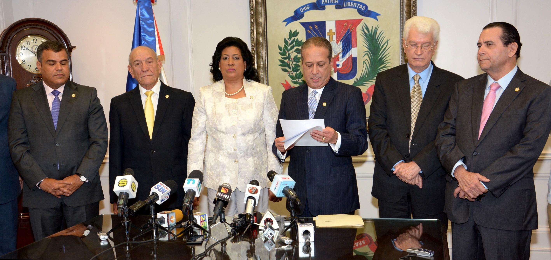 Senadores someten proyecto para reformar la Constitución