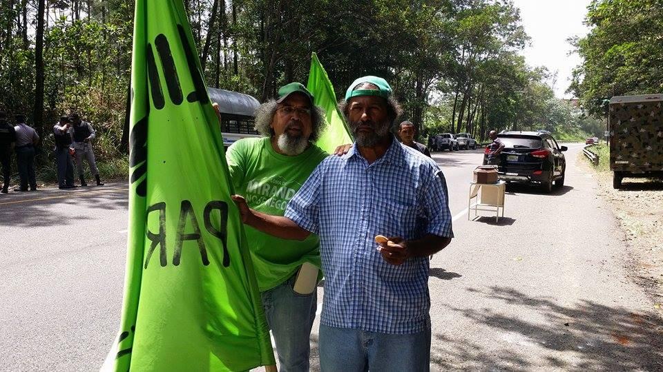 """El Padre Nino acusa a """"sicarios forestales"""" de querer a  destruir a Loma Miranda"""