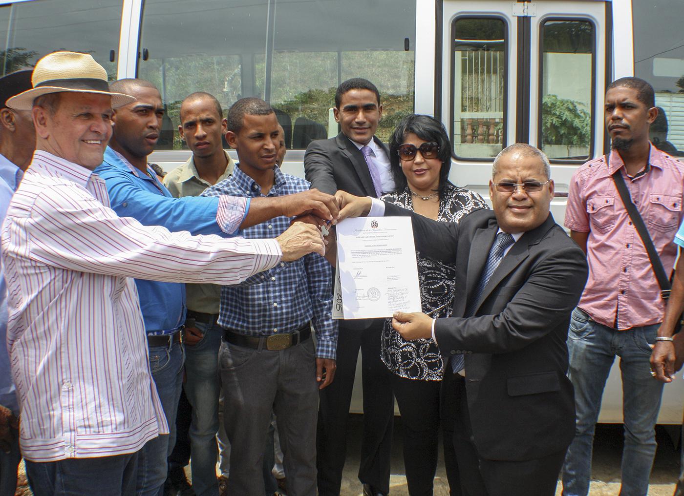 Gobierno entrega 37 autobuses a Asociaciones de estudiantes y sociales