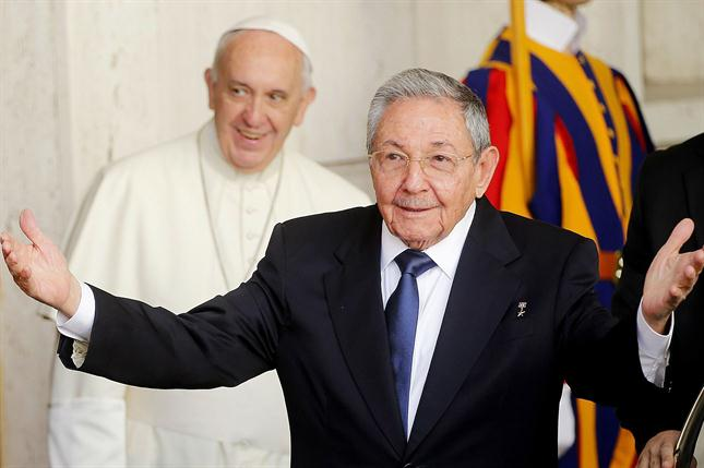 """Raúl Castro: """" El Papa está haciendo que vuelva a ser católico"""""""