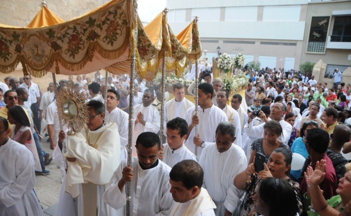 Católicos  marchan en procesión por Día de Corpus Christi
