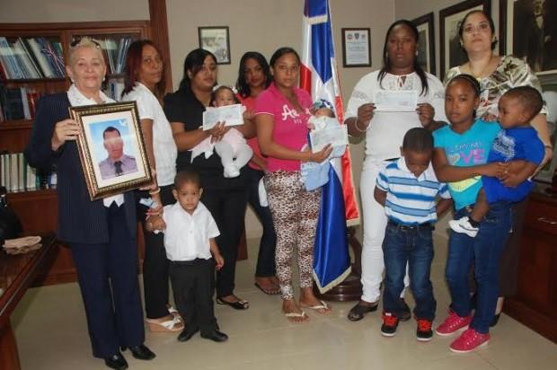 Entregan 2.1 millones de pesos a familiares de policías
