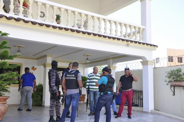 Grupo armado con fusiles  secuestra y roba a familia en Santiago