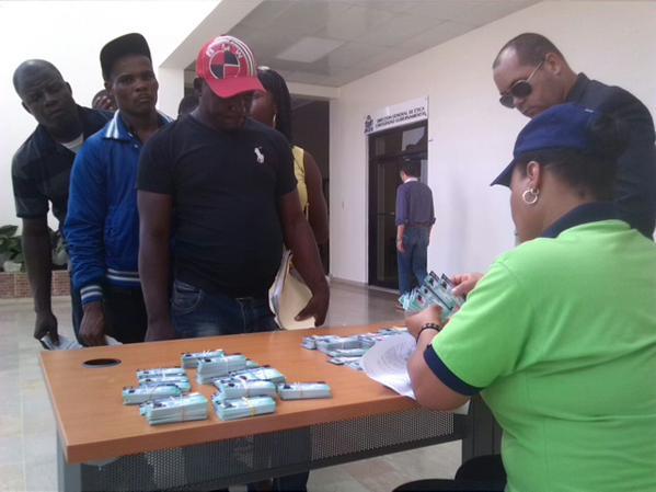 Menos  inmigrantes haitianos buscando carnés en Santiago