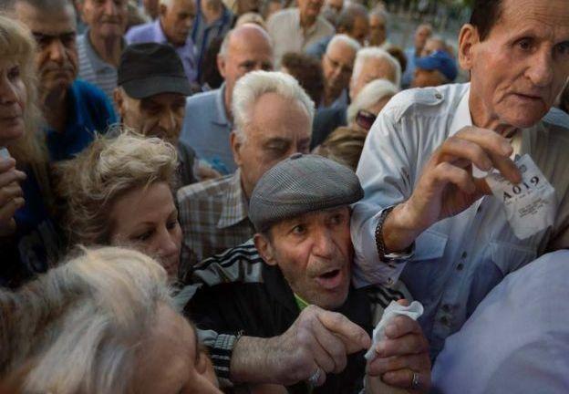 Miles de jubilados y desempleados hacen largas filas en Grecia