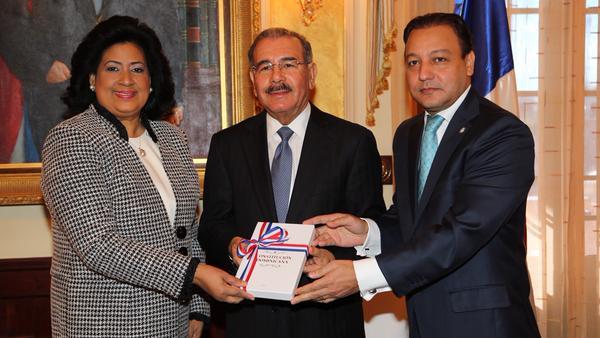 Danilo recibe ejemplar de la nueva Constitución