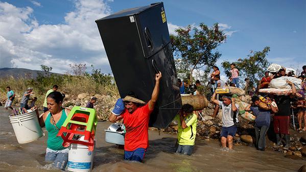 Colombianos con la vida a cuestas abandonan la zona de conflicto con Venezuela