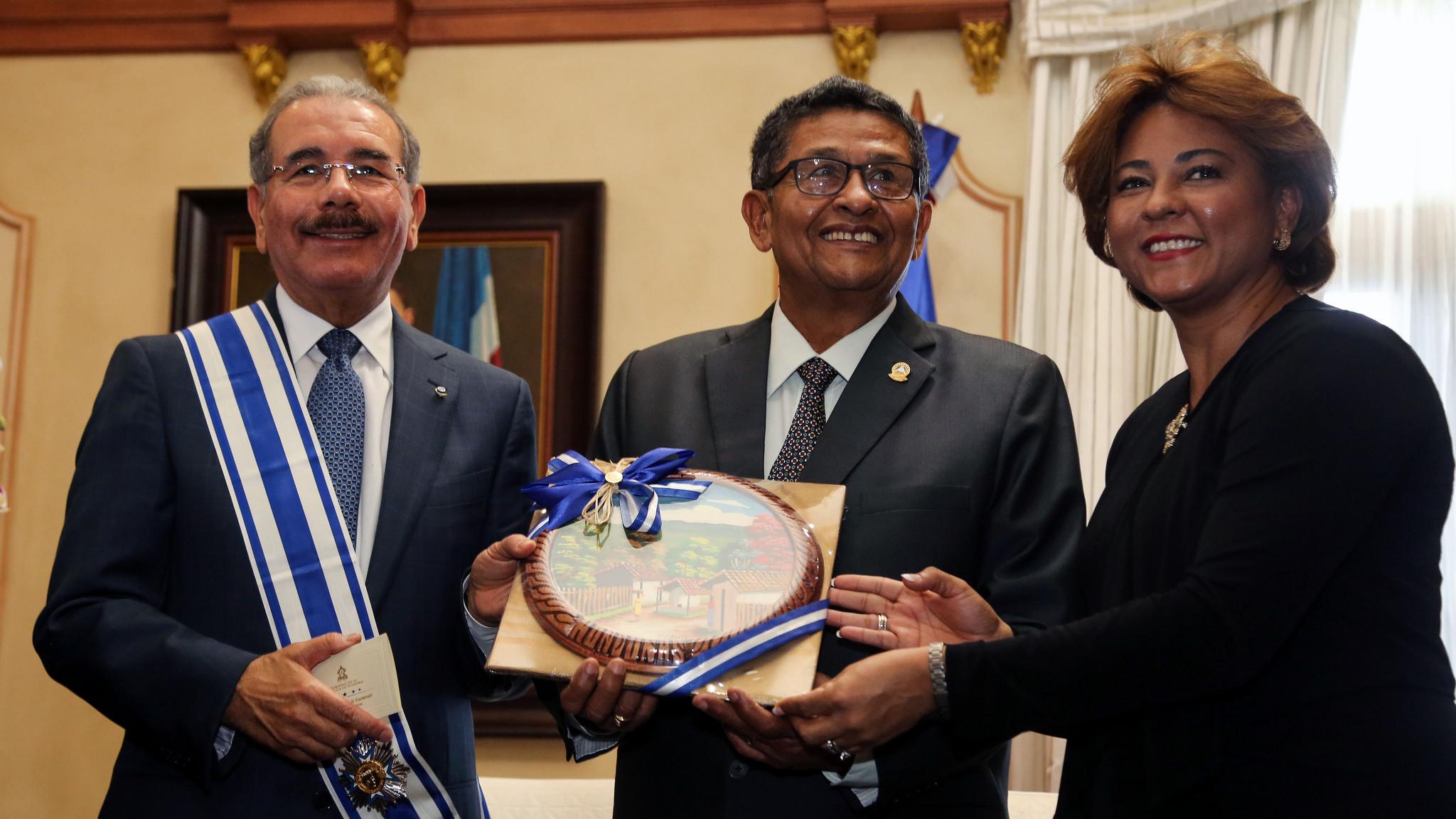 Parlacen condecora y elogia al presidente Danilo Medina