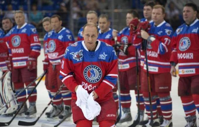 Putin celebra su cumpleaños 63 jugando hockey