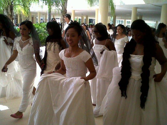 Jóvenes vestidas de novias desfilan contra la violencia de género