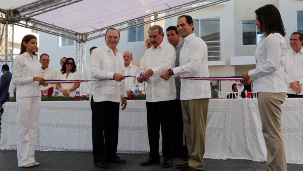 Danilo inagura primera etapa del complejo Ciudad Las Cayenas