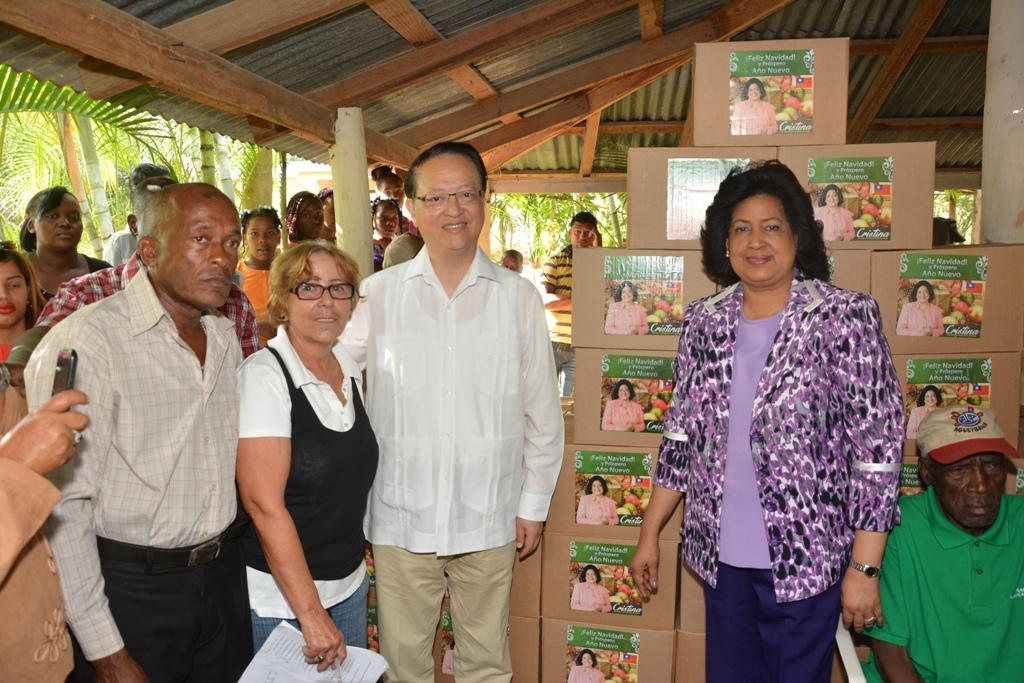 Cristina Lizardo y embajador de Taiwán llevan ayuda a residentes en provincia Santo Domingo