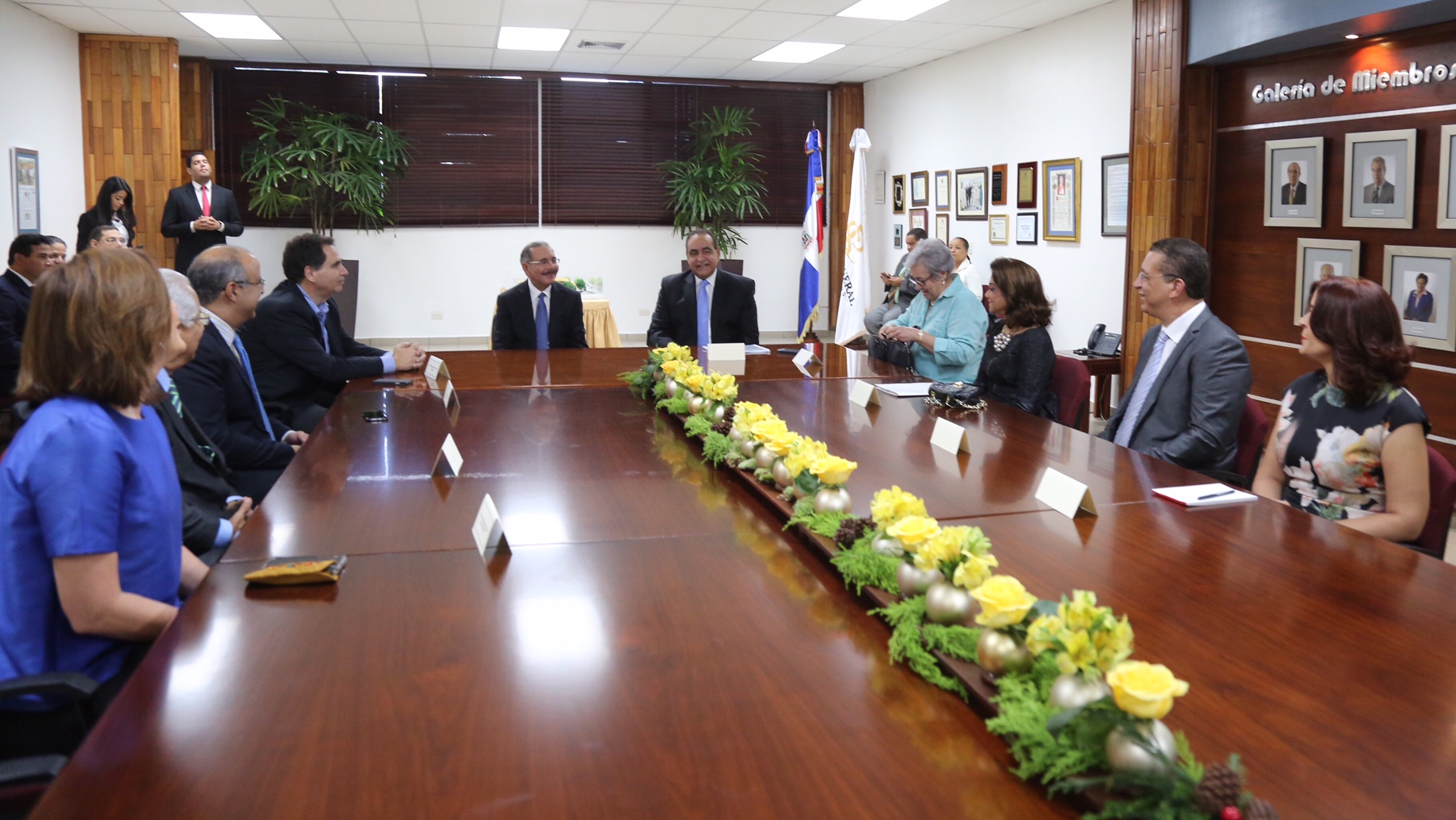 Presidente se reúne con patronato Plaza de la Salud e inauguran salas emergencia