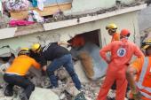 VIDEO. Buscan sobrevivientes entre los escombros. Ciudadanos indagan sobre sus familiares