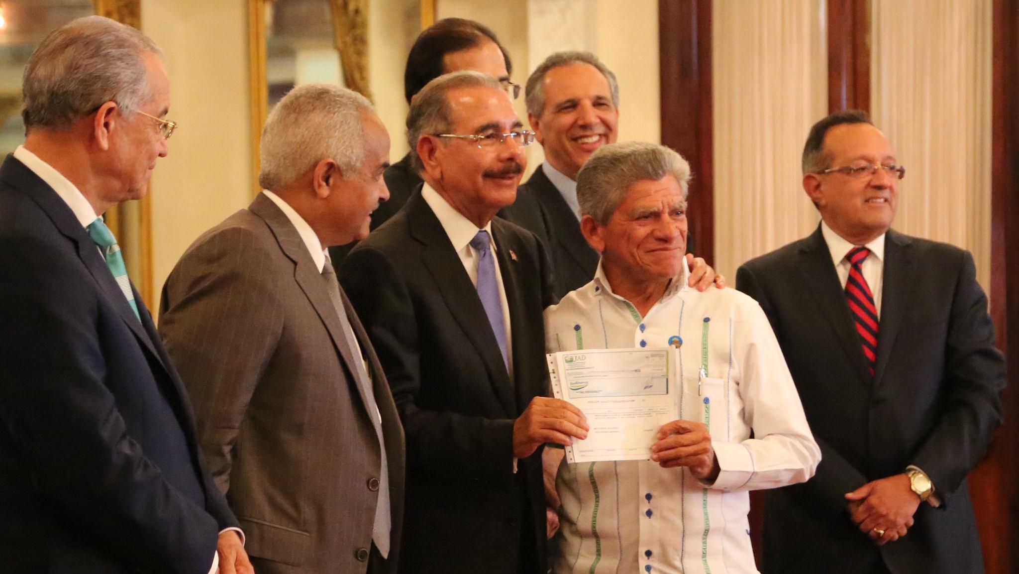 Medina entregó RD$200 millones a 40 organizaciones de pequeños productores