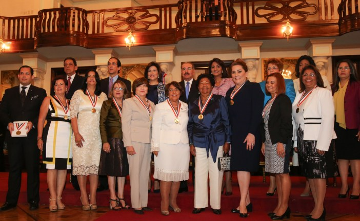 Danilo Medina reconoce diez mujeres dominicanas