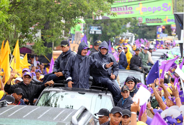 Bajo lluvia Medina realiza caravana en Bonao