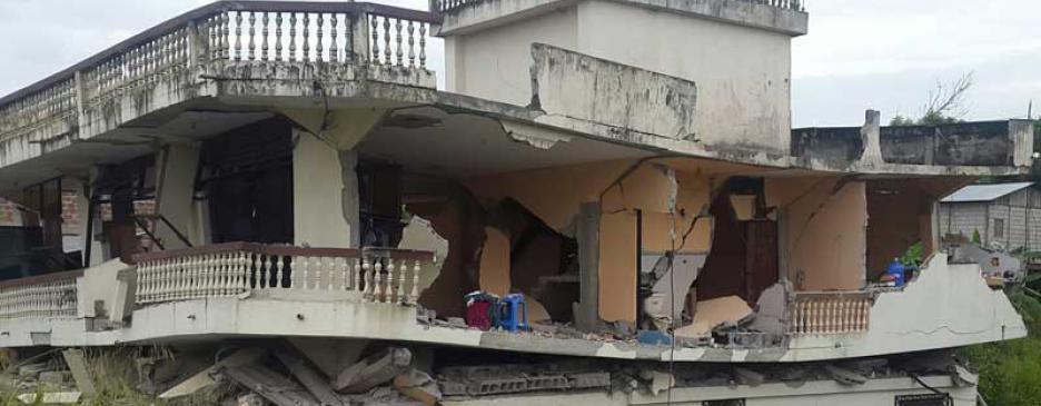 Van 77 muertos tras el terremoto en Ecuador