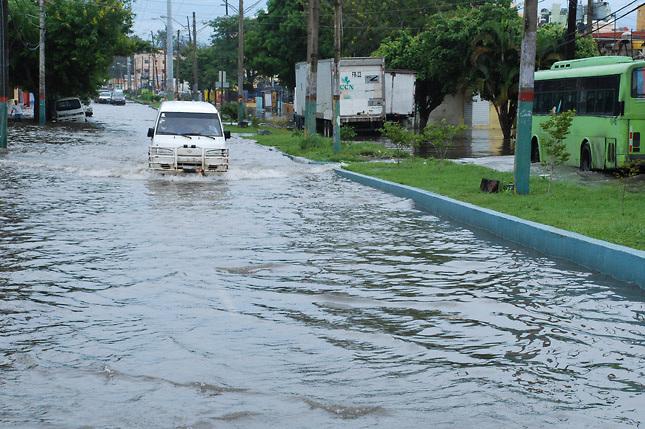 Lluvias desplazan 1,215, incomunican 20 comunidades y mantienen 24 provincias en alerta