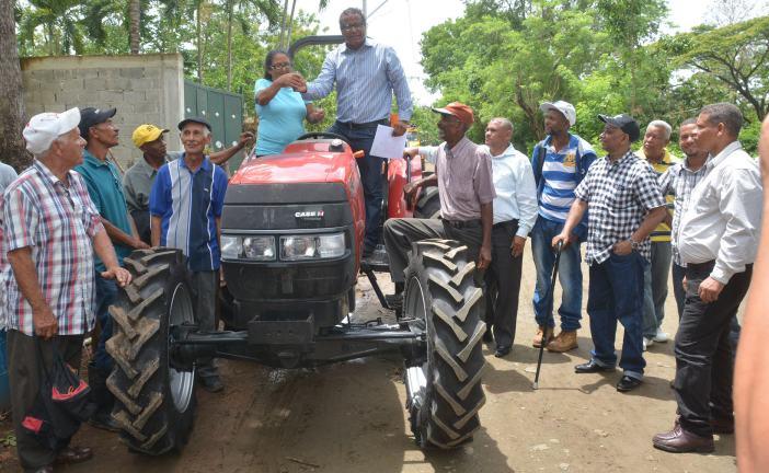 Gobierno entrega tractor a productores de jengibre, chinola y guanábana