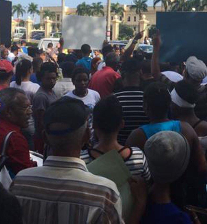 Policías y familiares marchan al Palacio
