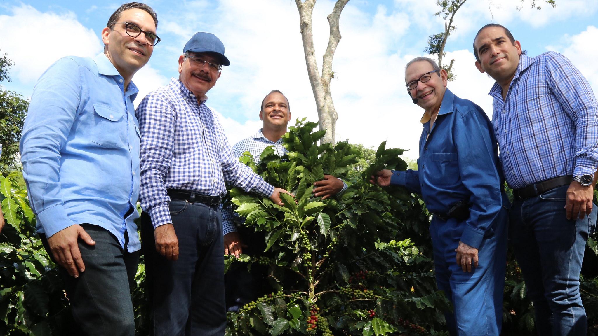 Danilo Medina recorrió  plantaciones de café de  Industrias Banilejas
