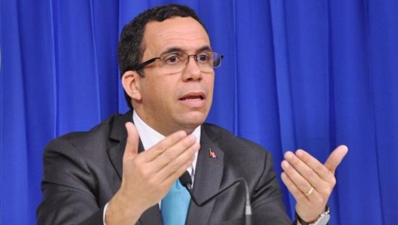 Navarro afirma que solo el desarrollo institucional garantiza el 4%