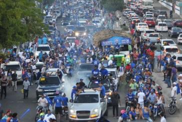 La caravana del Licey tiñe de azul el Distrito Nacional