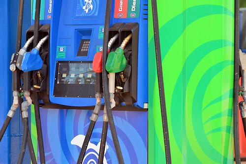 Gobierno congela gasolinas y gasoil óptimo; baja el gas licuado y sube el gasoil regular