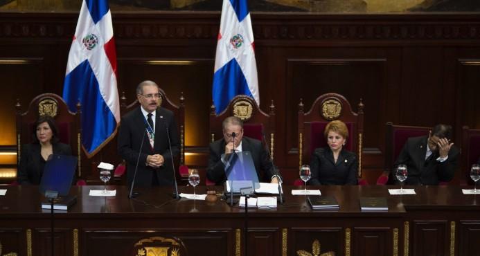Danilo anuncia duplicación del salario de policías y otros beneficios